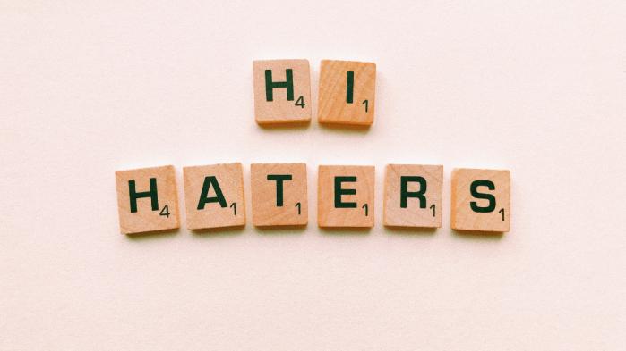#odiareticosta-chi-ci-insulta-online-dovra-pagare